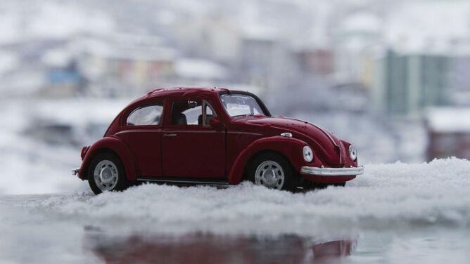 Pod kołami śnieg, wycieraczki w ruch